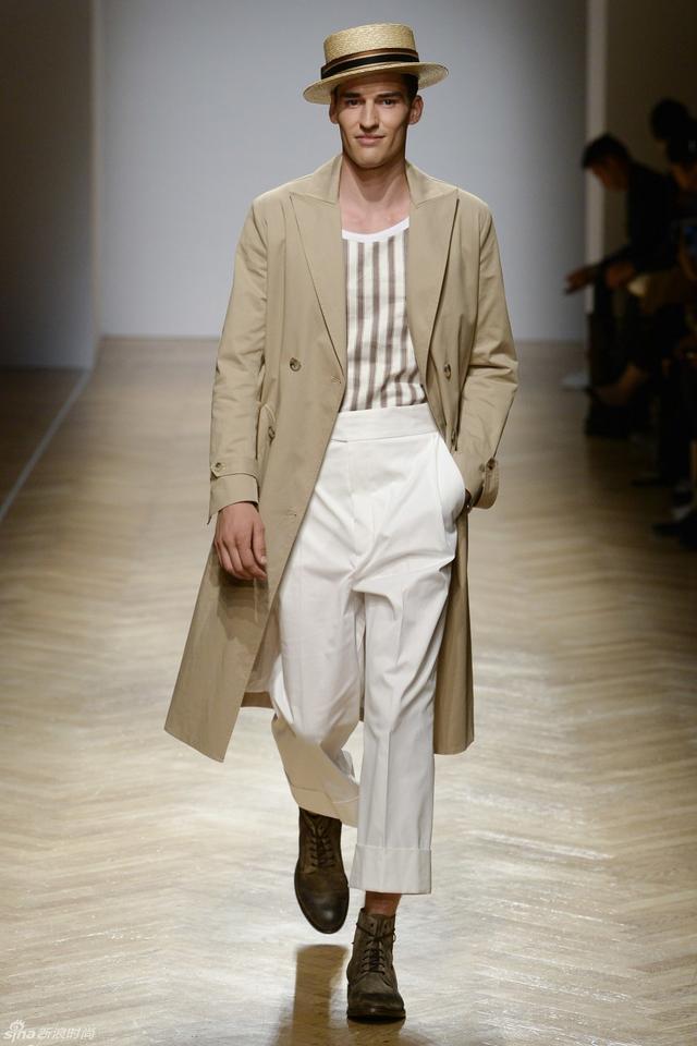 Daks 2018春夏男装系列以无可挑剔的复古感作为新季的风格,平顶草帽、宽松版型西服套装、印花V领衫搭配衬衣、跳跃感的魅力条纹,组合在一起让模特们如同从电影中走出的浪漫绅士。