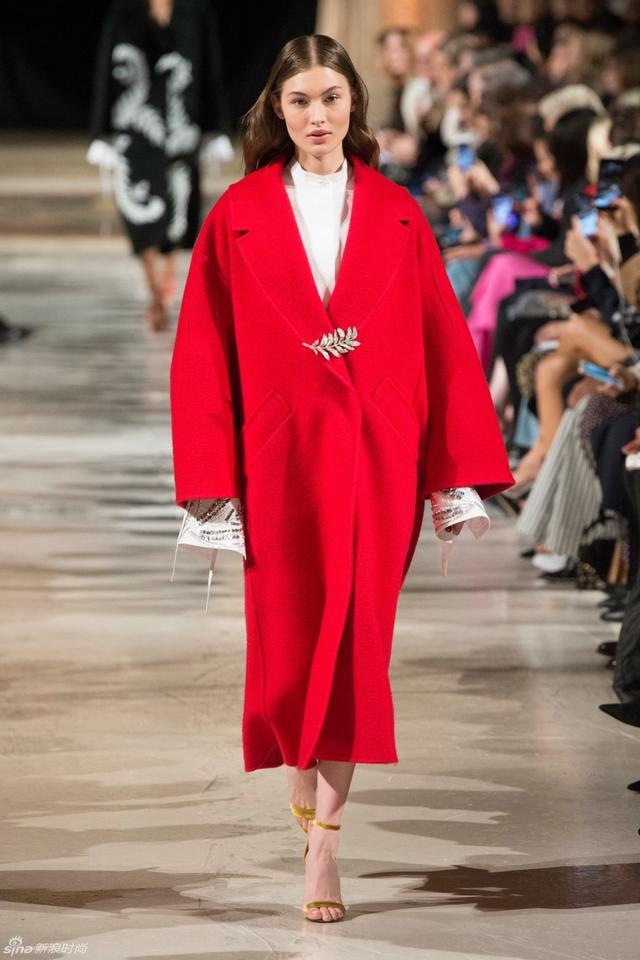 Oscar de la Renta 2018秋冬系列利用植物的刺绣印花,浪漫的蕾丝轻纱,印花蓬蓬裙等元素,打造浪漫唯美,充满艺术气息的复古系列。而蕾丝胸衣,蝴蝶结腰带更是这季的设计多了一份年轻和活力。
