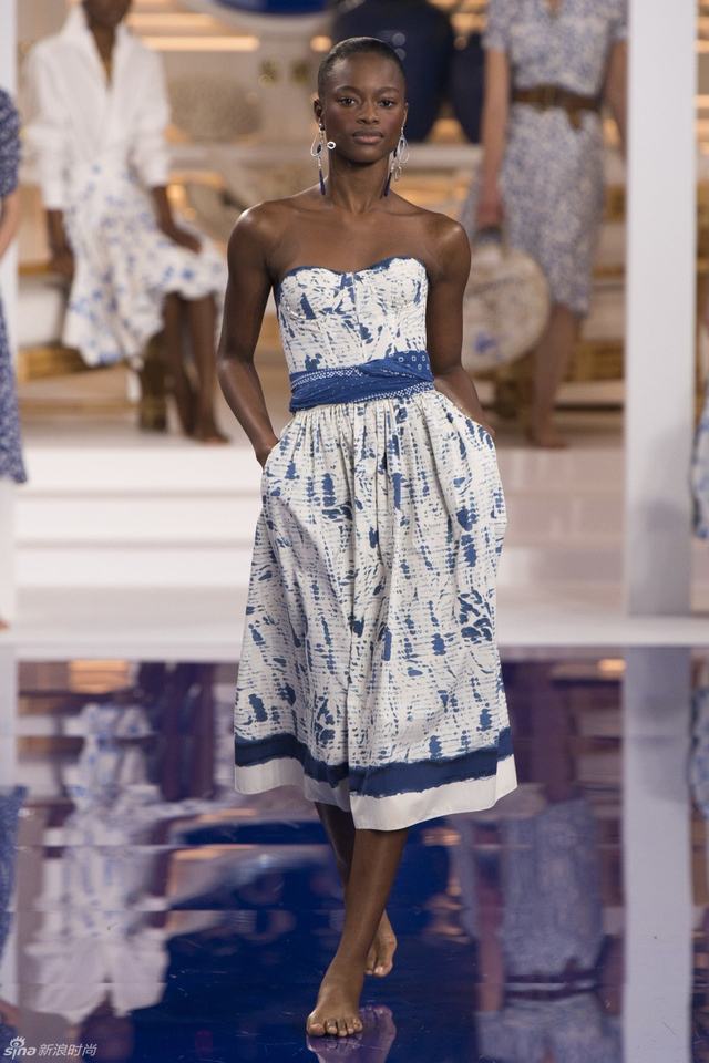 Ralph Lauren 2018春夏系列以牙买加的白色沙滩和神秘的蓝山为主题,打造一场充满度假风的新系列。模特赤脚走上T台,身穿蓝白相间配色的长裙,度假风十足。而品牌标志性的海军元素,休闲的拼色卫衣,依旧休闲至上。