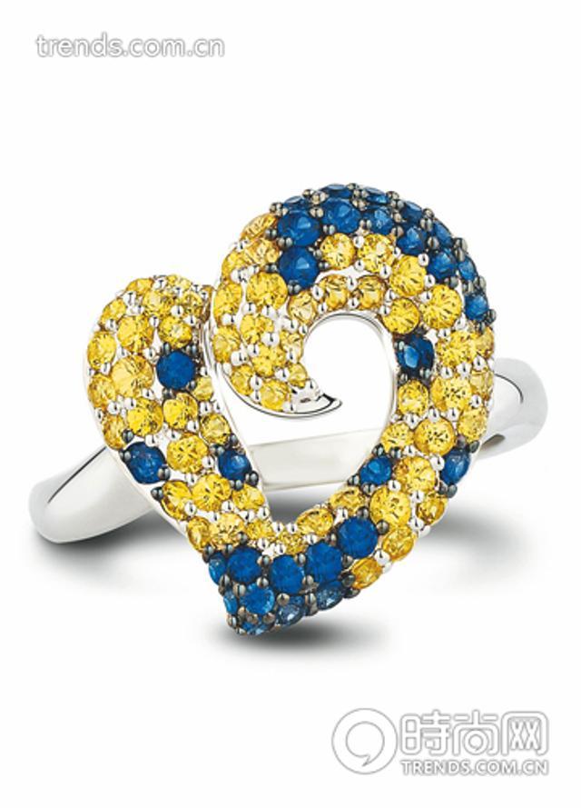 无论是条纹编织,还是平滑感十足的磨光质地,优雅魅金都是塑造夺目出场的摩登经典之选。金色调的宝石绝对是招金利器,无需太多,仅仅一件立刻诠释什么才叫正能量加轻奢华!(TSL 谢瑞麟World Colors 彩蓝宝系列戒指)