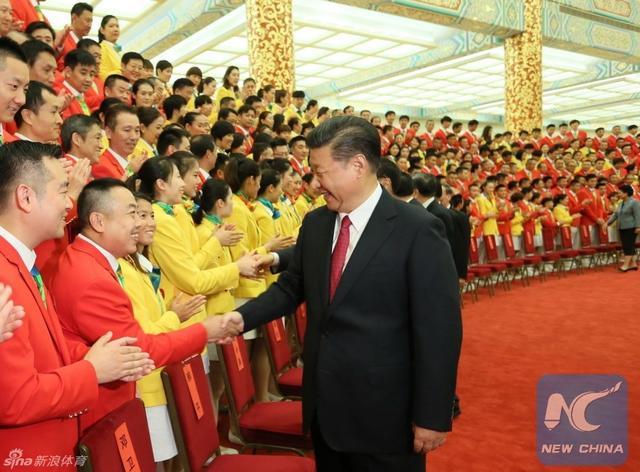 8月25日,中国奥运代表团前往人民大会堂接受主席习近平的接见。(图片来源:中国新闻网、《瞭望》、《京华时报》。)