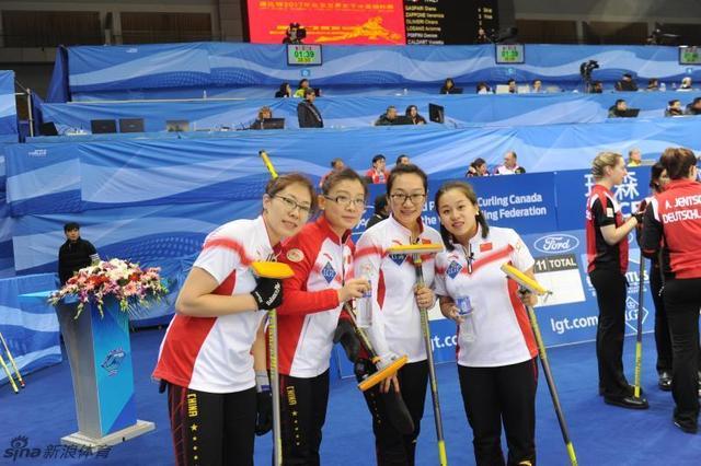 北京时间3月20日消息,2017年世界女子冰壶锦标赛在北京首都体育馆展开第三日较量。排位赛,由王冰玉、王芮、刘金莉和周妍组成的中国队前十局与对手战成7平,加赛局先手输掉三分,结果以7比10不敌德国队,以1胜4负排名第11位,加拿大五战全胜高居榜首。