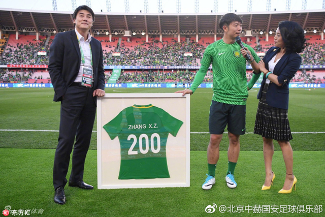 北京时间4月21日晚,中超联赛第6轮,北京国安主场迎战天津权健,赛前张稀哲从总经理李明手中接过了200场纪念球衣。