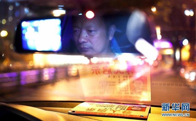 6月4日,在四川成都市,王明清在驾驶汽车,车上摆放着寻找女儿的信息。今年49岁的王明清是一名网约车司机,在过去的23年里,他一直苦苦寻找、等待着一个人——失踪23年的女儿。新华社记者 薛玉斌 摄