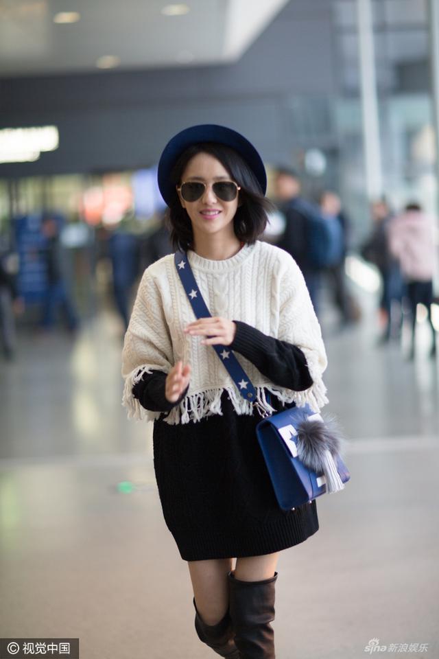新浪娱乐讯 28日,佟丽娅一身潮装现身机场引粉丝围观。佟丽娅不仅面带甜笑,而且还大方与粉丝合影,只不过当她伸手撩发却不见手上的婚戒。