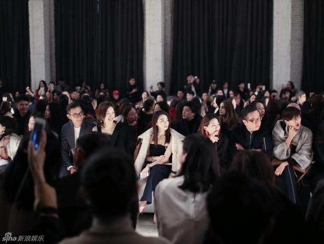 新浪娱乐讯 郑恺女友程晓玥出席品牌大秀,身着抹胸喇叭裤套装惊喜亮相,肤白貌美、微微上翘的锁骨,尽显气质。