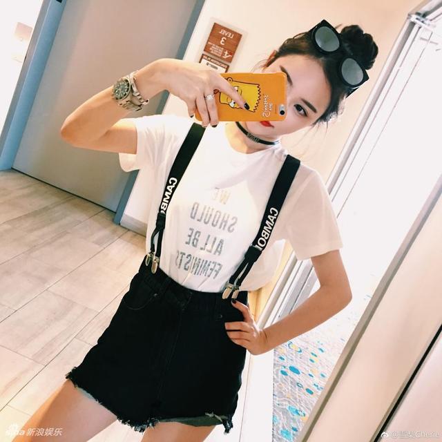 新浪娱乐讯 日前,思聪前女友雪梨在微博晒出美照。照片中,雪梨大秀香肩和美腿,不负春光。