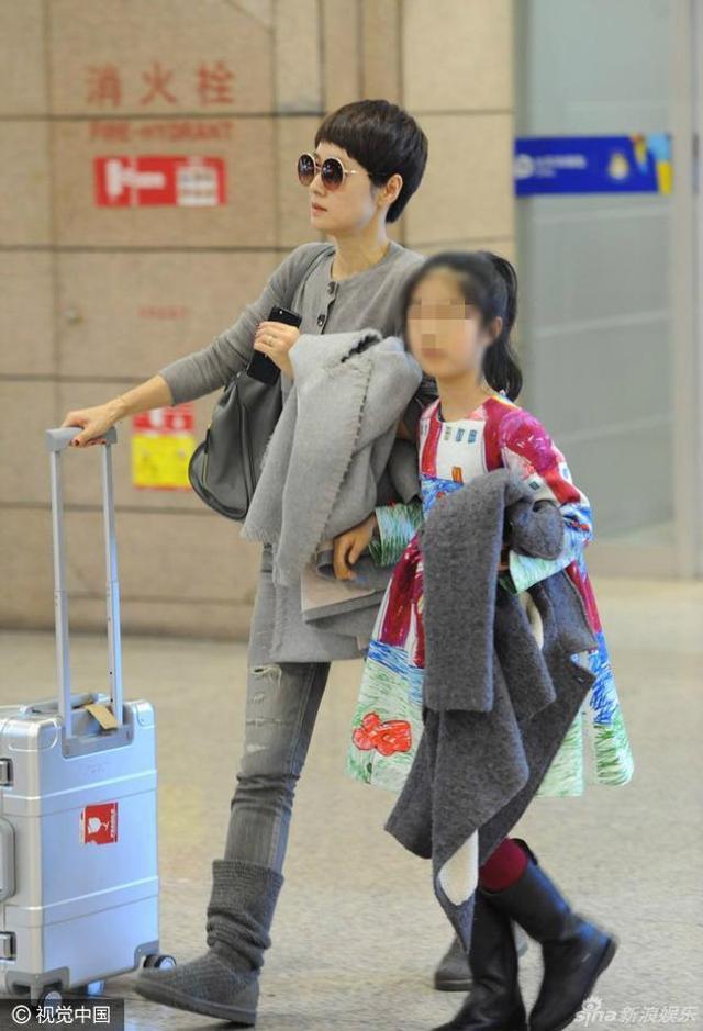 4日,马伊琍与女儿现身上海机场。马伊琍身穿黑色套装,显得十分干练,大步疾走气场全开。可爱的女儿时刻紧跟马伊琍身边,不时耳语互动频频,十分亲密。