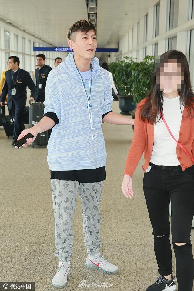 """新浪娱乐讯 2017年5月2日讯,香港,5月2日,最近被传荣升当爸爸的陈冠希以一身蓝色卫衣衬灰色宽松棉裤的休闲装现身香港国际机场抵港大堂,由一名疑似助手的人陪同上车。陈冠希一见到记者就面露不屑,只讲了一句""""自己常常去旅行"""",然后就马上动怒不准记者发问。"""