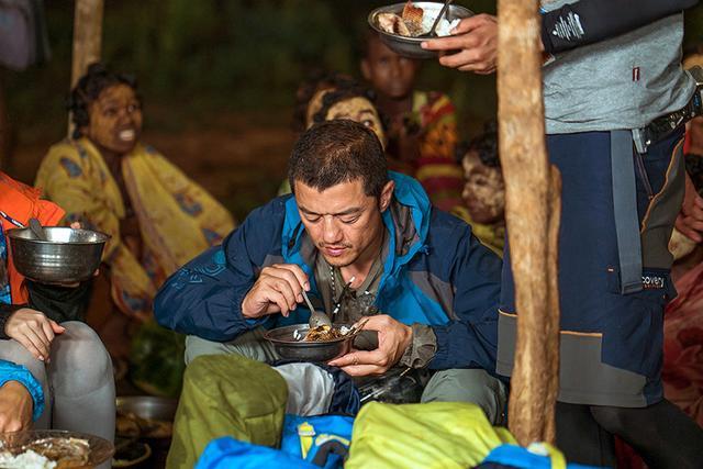 李亚鹏在萨卡拉瓦部落吃晚饭