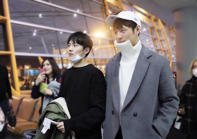 新浪娱乐讯 月16日晚,姚望、杨业明顺利抵达泰国机场,为即将到来的见面会做准备。当天,姚望身着黑色卫衣搭配棉外套,气质温润,展现其特有的时尚魅力。杨业明则一身长款灰色风衣,配合剪裁独特的白色毛衣,化身行走的荷尔蒙。当地粉丝热情接机气氛火爆,几度引发机场小型拥堵。
