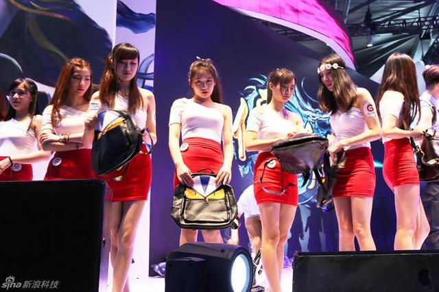 为期四天的ChinaJoy如约而至,不过因为今年大会的着装限制,现身会上的Showgirl们看起来似乎与往年大不相同。