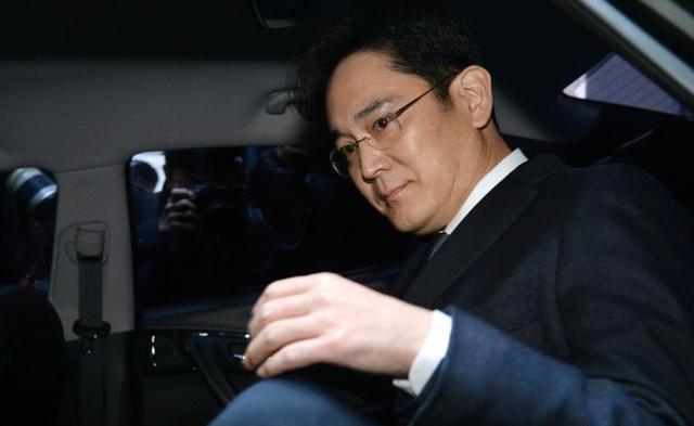三星集团实际控制人李在镕2月16日从特别检察组办公楼前往首尔中央地方法院。