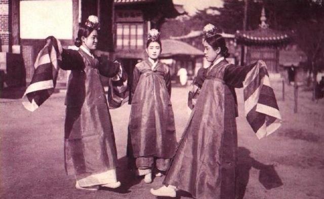 妓生是朝鲜半岛古代为朝鲜国王,两班等提供歌舞表演的艺妓。妓生作为一个社会阶层最早出现在高丽王朝时期,其社会地位在高丽王朝和朝鲜王朝时期属贱民。