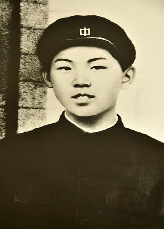 朝鲜对于很多中国人来说既熟悉又陌生,中国人民对朝鲜人民抱有深厚的感情。近日,新华社代表团应朝鲜中央通讯社(朝中社)的邀请,访问了这个友好邻邦,亲身感受了朝鲜人民对中国人民的友好之情。这是随团记者翻拍到的上中学时的金正日的照片。