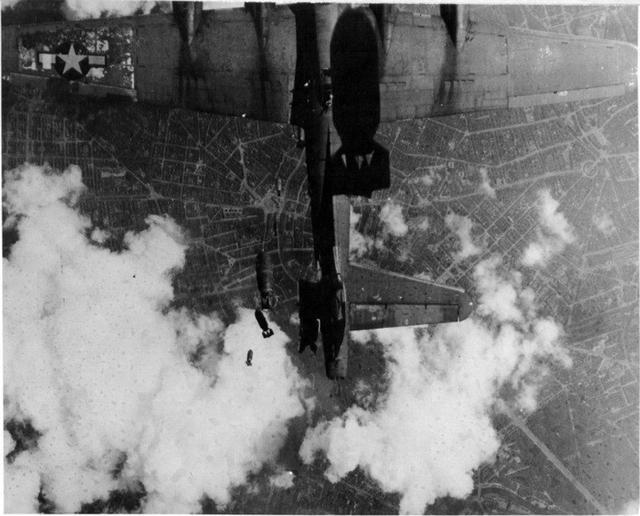 1943年8月17日德国柏林上空,由英国起飞去轰炸德国的美国轰炸机群中,这一架属于第94轰炸大队的B17正准备投弹。位于上方的友机在拍摄战事纪录,可在照片中竟然出现了两个500磅炸弹的身影!