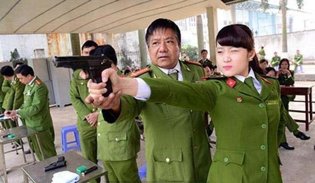 用中文写春联:镜头中的越南女兵
