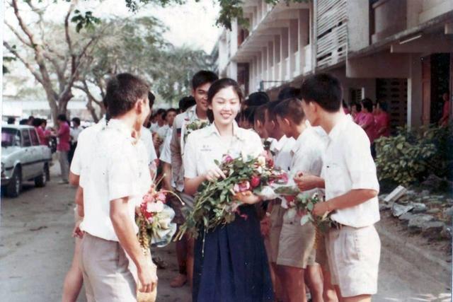 男生列队送花:泰国前女总理英拉年轻时多美