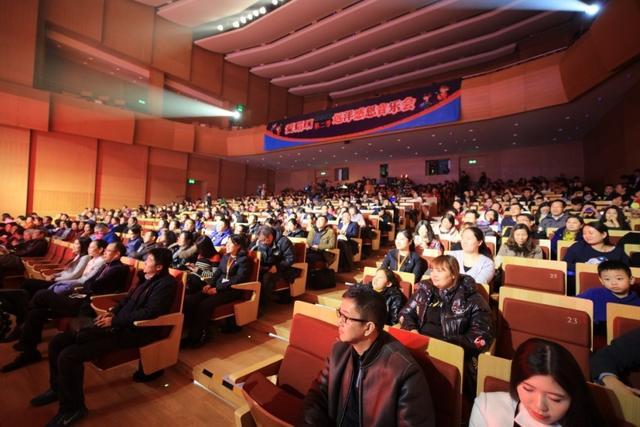 """12月27日,远洋公益之帆""""爱唱响""""第二季感恩音乐会在京举办,在寒冷的冬夜 社会各界的爱心人士齐聚音乐会现场,与来自青海、内蒙、新疆、四川、湖南五地偏 远乡村的师生一起共同度过这个充满爱与温暖的夜晚。"""