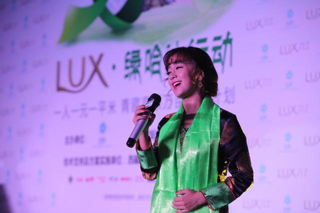 藏族歌手边巴德吉演唱歌曲
