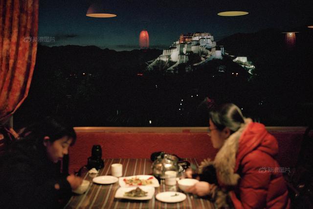 """如今的拉萨,""""格调""""二字在各种场合,被越来越多地提及。在这个餐厅吃饭,就能远远看到布达拉宫。布达拉宫脚下转林廓;大昭寺前磕长头;八角街上找稀奇;色拉寺里听辩经……做完这些,可以说来过拉萨。然而,这只是游客的拉萨,而不是作为城市本身的拉萨。(来源:新浪图片)"""