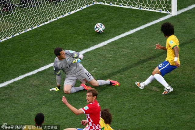 揭幕战中巴西球星马塞洛打进了本届世界杯赛会第一球,但不幸的是这是一个乌龙球,同时这粒乌龙球也是桑巴军团参加世界杯比赛有史以来的第一粒乌龙。