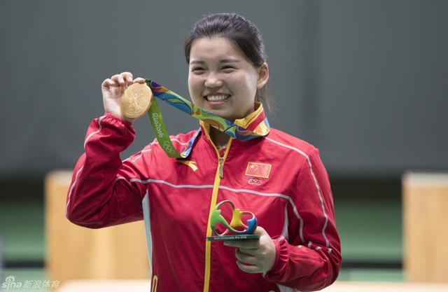 北京时间8月7日,2016年里约奥运会射击赛事在奥运射击中心进入第二比赛日争夺。在女子10米气手枪决赛中,首次参加奥运会的张梦雪以199.4环的总成绩创造决赛奥运会纪录,个人首次在国际大赛中夺得金牌,也是中国体育代表团在里约奥运会的首枚金牌。(新浪体育 李欣/摄)