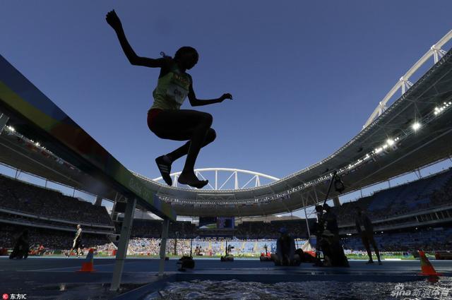 2016里约奥运会田径女子3000米障碍赛预赛,埃塞俄比亚选手Etenesh Diro在一只鞋子掉下后仍坚持向前跑,最终跑完比赛后被抬上轮椅,令人吃惊的是她还能晋级决赛,令人不得不佩服。