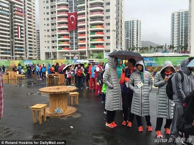里约奥运会正激战正酣,众运动员在比赛训练之余,在奥运村内的快餐店排起长队,购买果汁及汉堡等食物。