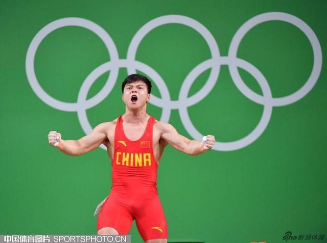 【安踏特约】举重男子56公斤级决赛中,中国选手龙清泉以307公斤的总成绩夺冠,并打破世界纪录。(中国体育图片 白宇 摄)