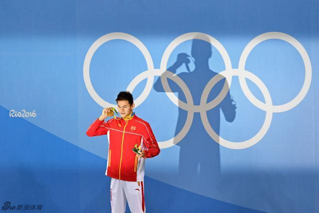 北京时间8月9日,2016年里约奥运会结束了男子200米自由泳决赛争夺,中国选手孙杨以1分44秒65的成绩获得冠军。这是孙杨在本届奥运会拿到的第一块金牌,也是孙杨连续第二届奥运会获得游泳金牌,他的运动生涯奥运金牌达到三枚。南非选手勒克洛斯以1分45秒20获得亚军,美国选手康纳-戴尔以1分45秒23获得第三。
