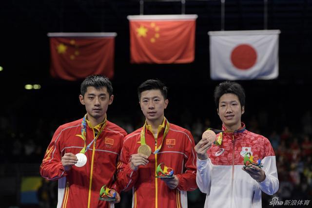 【安踏特约】8月12日,里约奥运乒乓球男子单打决赛,马龙4比0战胜张继科,夺得冠军,成为大满贯得主;张继科拿到银牌。这是中国代表团的第11枚金牌。