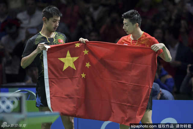 2016年8月12日,里约奥会乒乓球男子单打决赛在马龙与张继科之间上演,最终马龙战胜张继科,实现个人男单大满贯。赛后,两人互相拥抱,随后拿着国旗,一同向在场的观众示意。