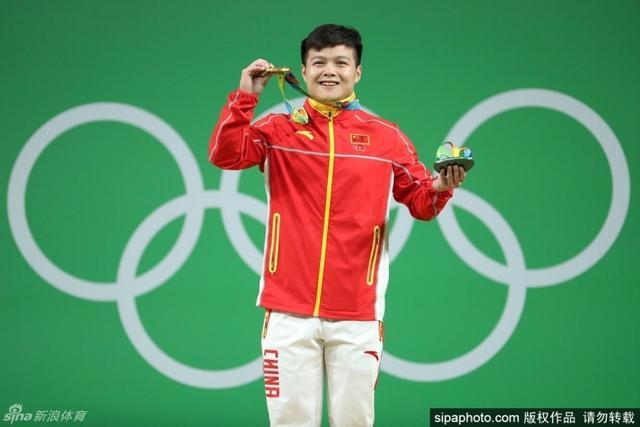 北京时间8月8日,在里约奥运会男子举重56公斤级决赛中,中国选手龙清泉以总成绩307公斤夺冠,其中抓举137公斤,挺举170公斤,他打破了总成绩世界纪录,时隔八年再次获得奥运冠军。也是中国军团本届奥运会的第三枚金牌。