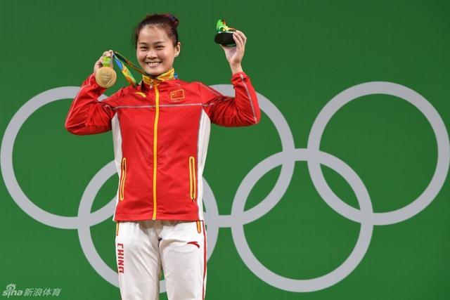 北京时间8月10日,举重女子63kg级决赛,中国选手邓薇夺金。