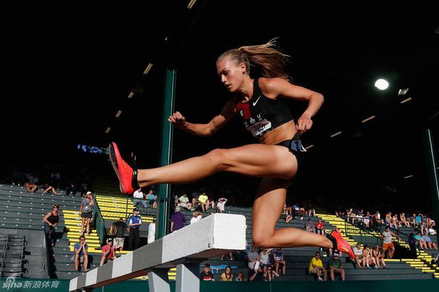 科琳-奎格利,23岁,来自美国圣路易斯。她从13岁开始从事模特事业,曾多次登上杂志封面。但是,为了追逐自己的跑步梦想,她把跑步放在了第一位,然后才是她的模特生涯。这一次,她跑上了奥运赛场,在里约奥运会上完成了3000米越野障碍赛,并以9分21秒获得了第八名。