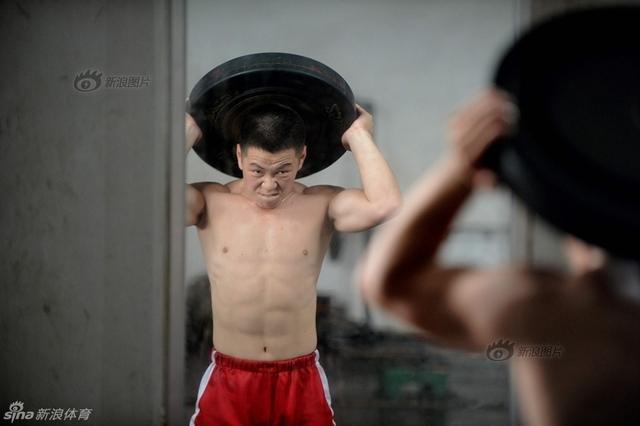 朝鲜23岁的举重运动员林正心在13日的女子举重75公斤级比赛中,以抓举121公斤、挺举153公斤,总成绩274公斤夺得该项目的金牌。但是,林正心的日常训练环境极为艰苦,林正心说,赢得金牌的时候就是想给金正恩同志带去欢乐,心中非常想跑向金正恩。