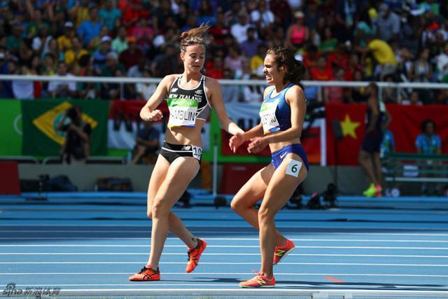 """这是本届奥运会关于""""奥林匹克精神""""最好的故事之一。在女子5000米半决赛进行中途,一位叫尼基-汉布林的新西兰选手不慎摔倒,随后带倒了身后的美国选手。这位美国选手叫阿贝-德-阿戈斯蒂诺,她随后迅速起身,不过没有马上继续投入到比赛之中,而是反身拍打尼基-汉布林的肩膀,查看对手有没有问题,随后两人互相鼓励后站起来继续比赛,但是美国选手膝伤发作倒地,新西兰选手又停下搀扶美国选手。最终,汉布林位列第29名,德-阿戈斯蒂诺排在第30名,她们比第一名慢了两分多钟。德-阿戈斯蒂诺最后还坐上了轮椅。在终点线附近,汗布林找到德-阿戈斯蒂诺,两人也拥抱在一起。"""