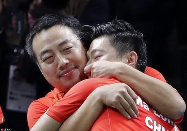 里约奥运会乒乓球男团决赛,中国胜日本夺冠。赛后刘国梁亲吻张继科熊抱马龙的画面被摄影师逮个正着。纵观历届奥运赛场,向来是激情与基情同在,身材壮硕的男运动员们时而贴身肉搏,时而深情相拥,引发腐男腐女们的无限遐想。