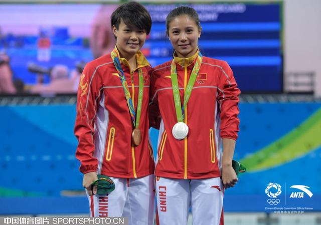 北京时间8月15日,里约奥运会跳水女子3米板决赛,中国队施廷懋夺金,何姿摘银。