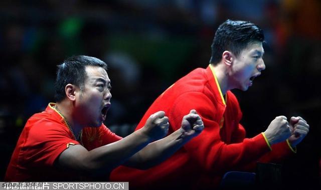 北京时间8月18日,里约奥运会乒乓球男团决赛在中日之间展开,新晋大满贯得主马龙率先上场,3-0战胜丹羽孝希;许昕出任第二场单打,2-3落败;许昕/张继科有惊无险,3-1再得一分。第四场由马龙迎战吉村真晴,最终,他以11-1、11-4、11-4横扫吉村真晴,中国队就以3-1的大比分战胜日本队,实现在这个项目上的三连冠。