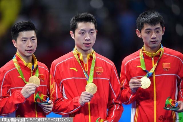 【安踏特约】北京时间8月18日,里约奥运会乒乓球男团决赛在中日之间展开,马龙再次出战迎战对方第三单打吉村真晴,最终横扫对手获胜。这样中国队就大比分3-1战胜日本队,实现奥运会男团三连冠。