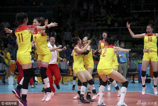 北京时间2016年8月21日,里约奥运会女排决赛,中国女排3-1战胜塞尔维亚夺冠,赛后中国女排的姑娘们激动庆祝。
