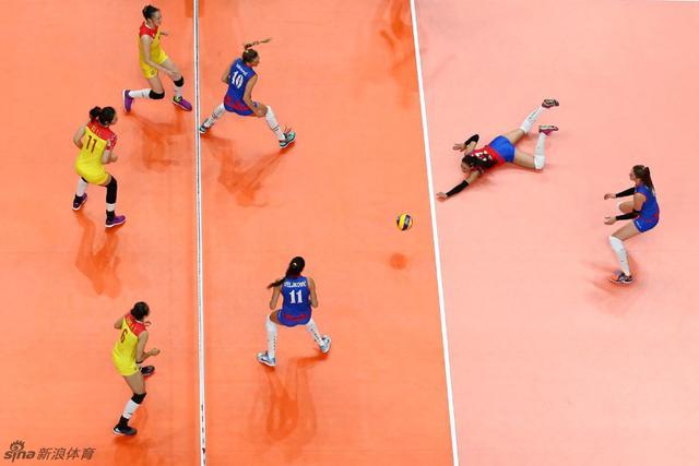 北京时间8月21日,2016年里约奥运会女排比赛全部结束。决赛中面对塞尔维亚的强有力挑战,中国女排在先输一局的情况下加强发球和拦网,连扳三局3-1逆转获胜,时隔12年再度荣膺奥运冠军,四局比分为19-25、25-17、25-22和25-23,冲冠受挫收获银牌的塞尔维亚也创下本队奥运最佳战绩。