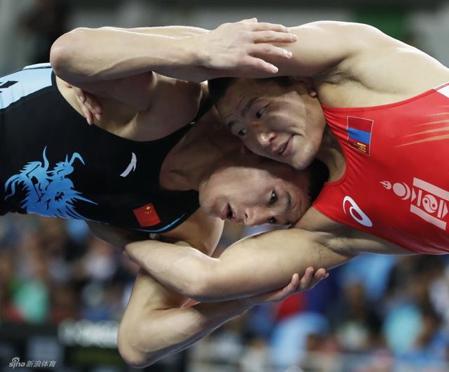 当地时间2016年8月21日,巴西里约,里约奥运会第16日,男子自由式摔跤65公斤八分之一决赛,中国选手叶尔兰别克·卡泰0-3不敌阵蒙古运动员。