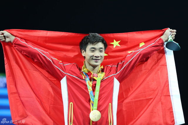 北京时间8月17日,里约奥运会跳水男子3米板决赛中国选手曹缘夺金。 新浪体育/李欣 摄
