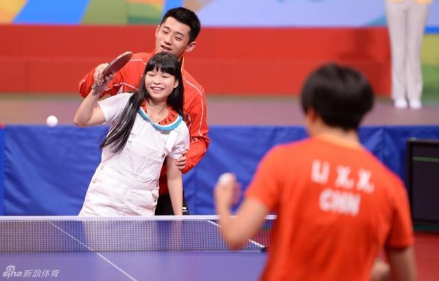 在奥运精英香港表演赛上,本来是李晓霞和一个香港小女孩打球,张继科突然冒出来,搂着小女孩,手把手的教她打…