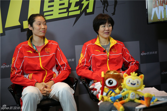 里约奥运会中国女排夺金后,主帅郎平率女排队员做客新浪。