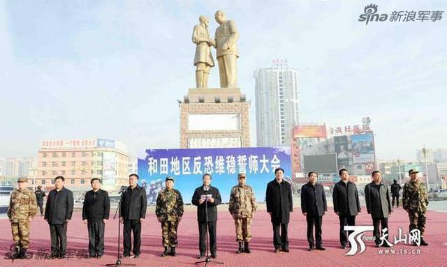 """2月16日上午,新疆维吾尔自治区在和田市举行""""扬威震慑武装拉动""""反恐维稳誓师大会,驻疆武警部队、公安特警、民兵等数千名官兵参加。自治区党委副书记、政法委书记朱海仑出席大会并讲话。"""