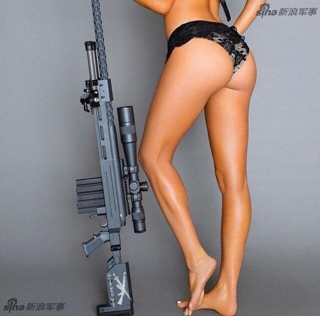 身材惹火的美女与各种枪械的组合,让你血脉喷张目不转睛!果然美少女拿着枪就自带一种暴力之美,暴露却也凶猛。